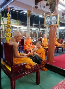 งานพิธีพุทธาภิเษกเหรียญหลวงพ่อแดง 139 ปี วัดเขาบันไดอิฐ อ.เมือง จ.เพชรบุรี หลังจากเสร็จสิ้นพิธี แจกเหรียญหลวงพ่อแดงให้กับประชาชนที่ร่วมพิธีในงาน